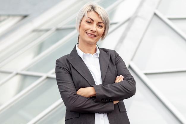 Lage hoek smiley zakenvrouw