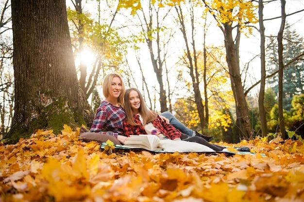 Lage hoek soft focus portret van een moeder en dochter