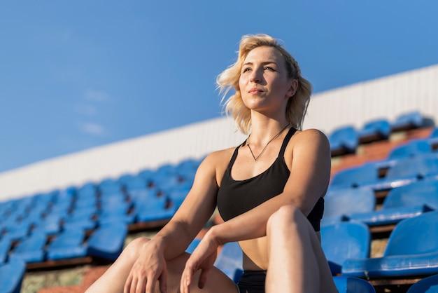 Lage hoek sportieve vrouw bij stadion