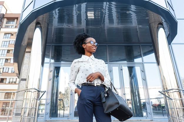 Lage hoek stijlvolle vrouw met handtas