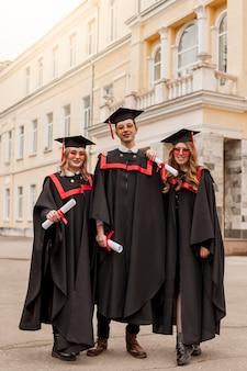 Lage hoek studenten bij diploma-uitreiking
