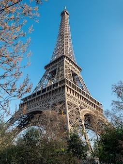Lage hoek uitzicht op de eiffeltoren in parijs.