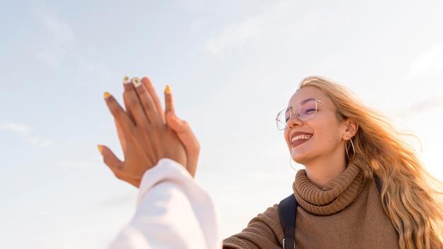 Lage hoek van close-up de gelukkige vrouwen