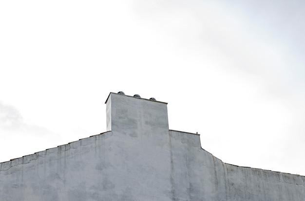 Lage hoek van eenvoudige bouwconstructie in de stad