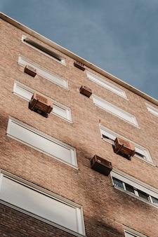 Lage hoek van flatgebouw in de stad met airconditioningunits