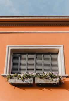 Lage hoek van het bouwen van raam in de stad