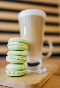 Lage hoek van koffiedrank met macarons