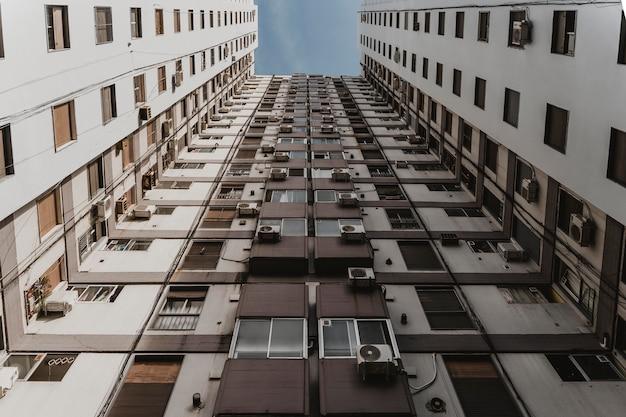 Lage hoek van massief betonnen gebouw in de stad