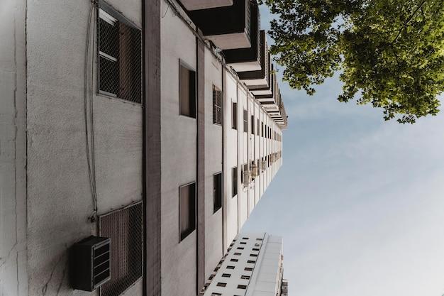 Lage hoek van massief gebouw in de stad