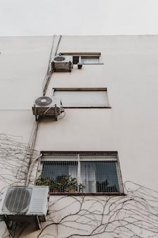 Lage hoek van stadsgebouw met airconditioningunits