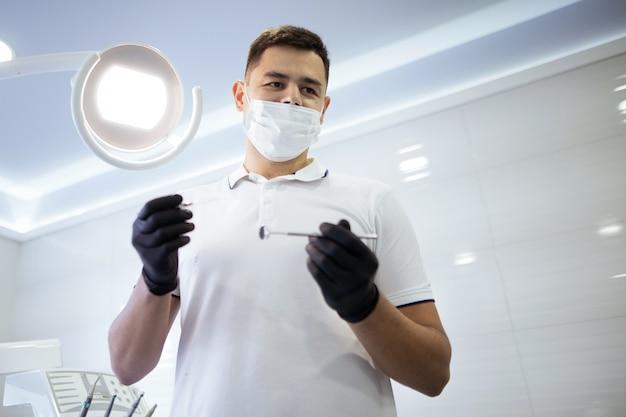 Lage hoek van tandarts die een procedure uitvoert