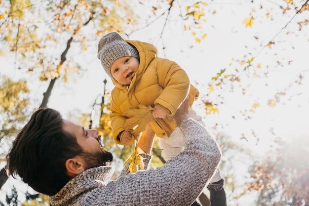 Lage hoek van vader en baby buiten