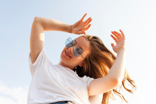 Lage hoek van vrouw poseren terwijl u geniet van haar tijd buitenshuis