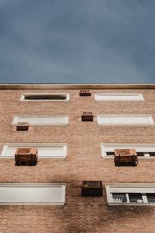 Lage hoek van woongebouw in de stad met airconditioningunits