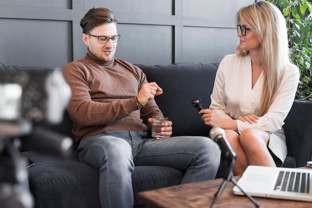 Lage hoek verslaggever interview te nemen