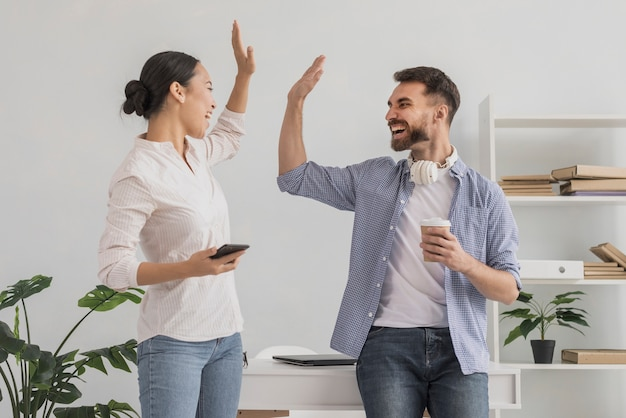 Lage hoek viert succes met hoge vijf