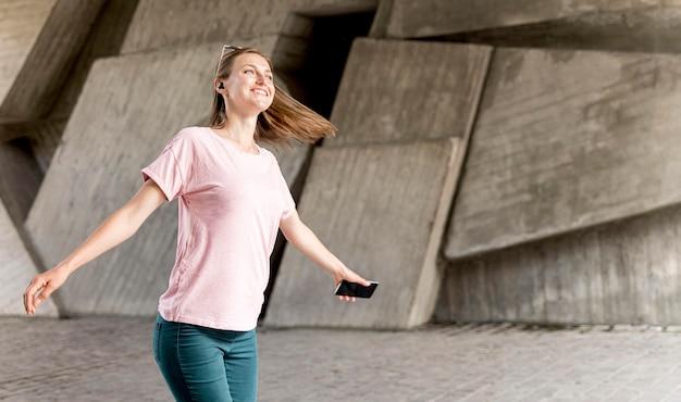 Lage hoek vrouw dansen