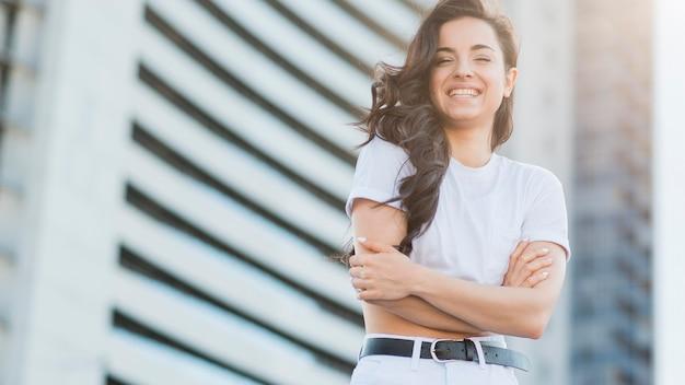 Lage hoek vrouw in witte kleren poseren