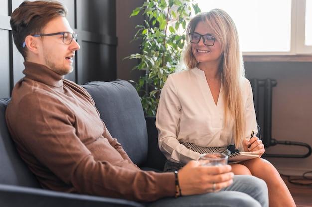 Lage hoek vrouw interview nemen