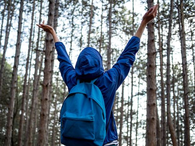 Lage hoek vrouw met rugzak in het bos