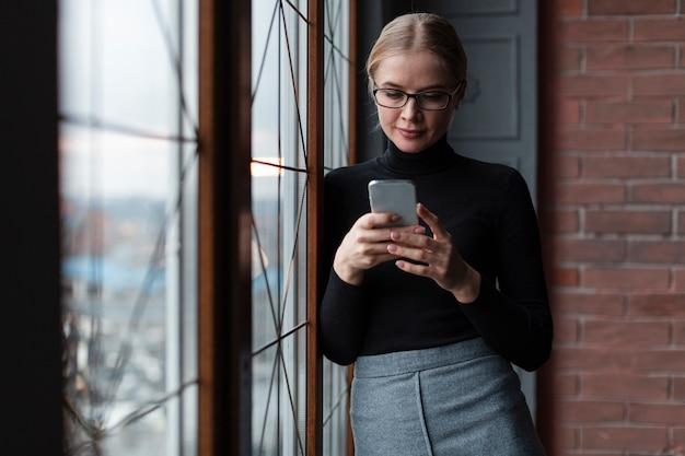 Lage hoek vrouw mobiel gebruiken