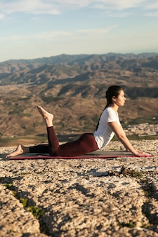 Lage hoek vrouw op mat yoga training
