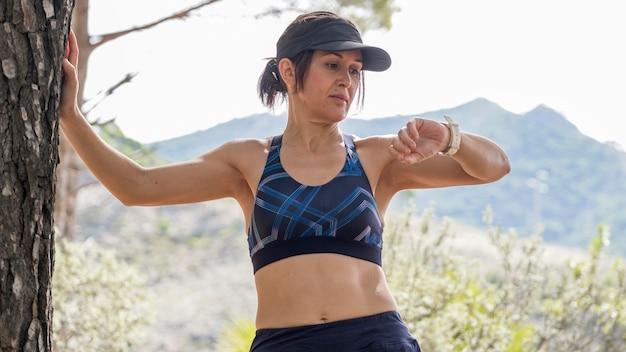 Lage hoek vrouw rusten na het hardlopen
