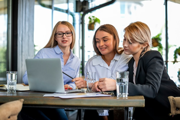 Lage hoek vrouwelijke vergadering op kantoor