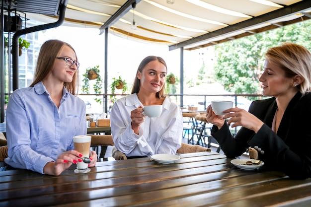Lage hoek vrouwelijke werknemers op koffiepauze