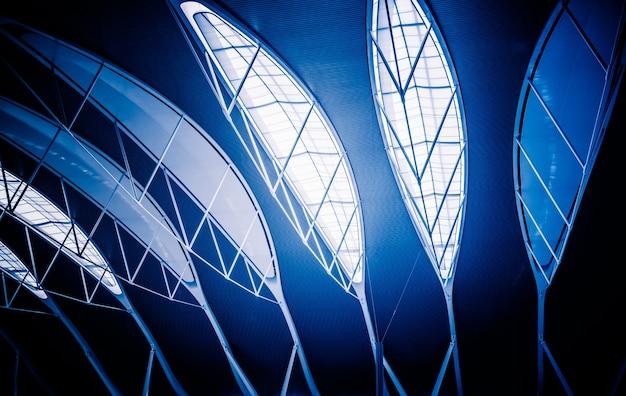 Lage hoek weergave van het moderne plafond