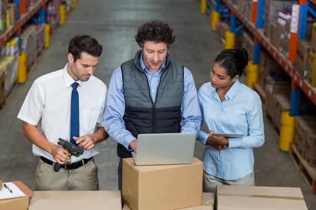 Lage hoek weergave van managers op zoek naar een laptop