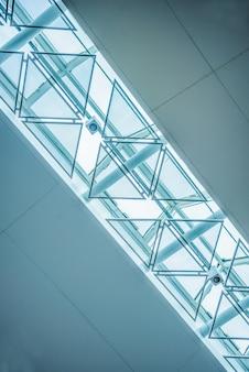 Lage hoek weergave van modern plafond
