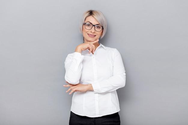 Lage hoek zakenvrouw met bril
