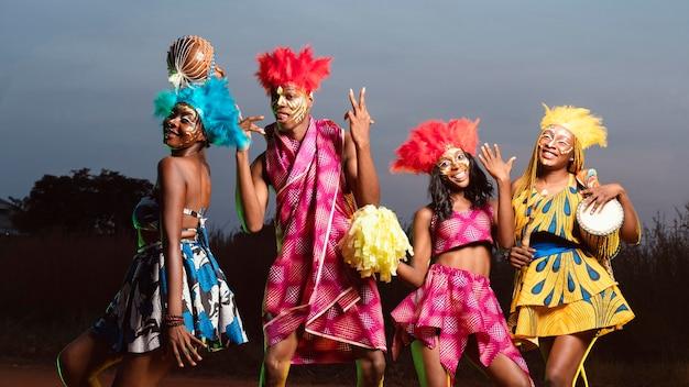 Lage hoekgroep vrienden gekleed voor carnaval