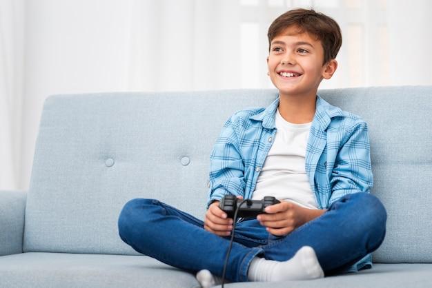 Lage hoekjongen spelen met joystick