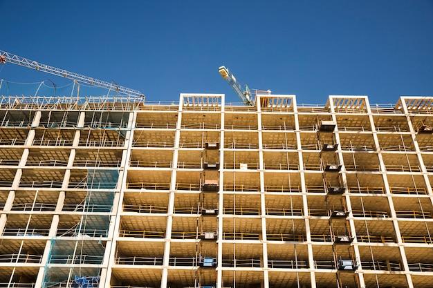 Lage hoekmening van bouwwerf tegen blauwe hemel