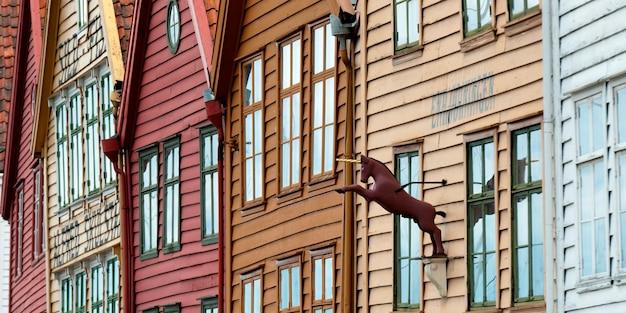 Lage hoekmening van een eenhoornstandbeeld op een gebouw, bryggen, bergen, noorwegen