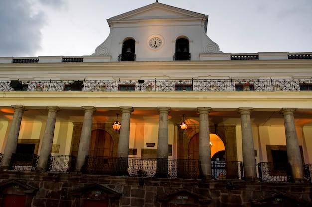 Lage hoekmening van een gebouw, casa de gobierno de ecuador, historisch centrum, quito, ecuador