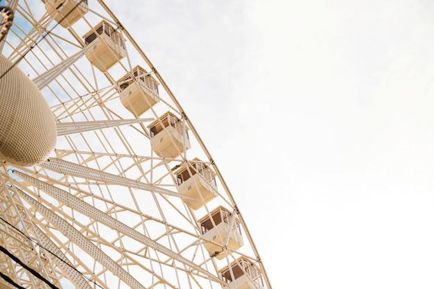 Lage hoekmening van groot reuzenrad tegen duidelijke hemel