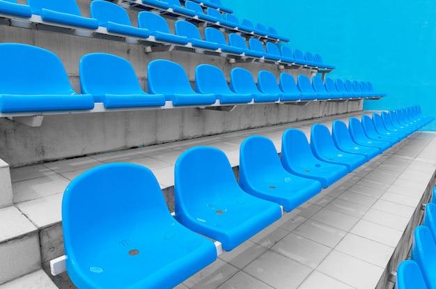 Lage hoekmening van heldere turquoiszetels voor toeschouwers bij sportfaciliteit