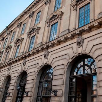 Lage hoekmening van het koninklijke paleis, het paleis van stockholm, gamla stan, stockholm, zweden