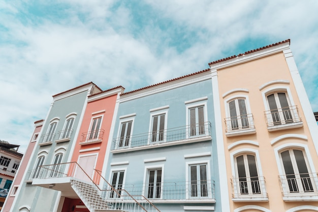 Lage hoekmening van kleurrijke gebouwen onder een bewolkte hemel in rio de janeiro