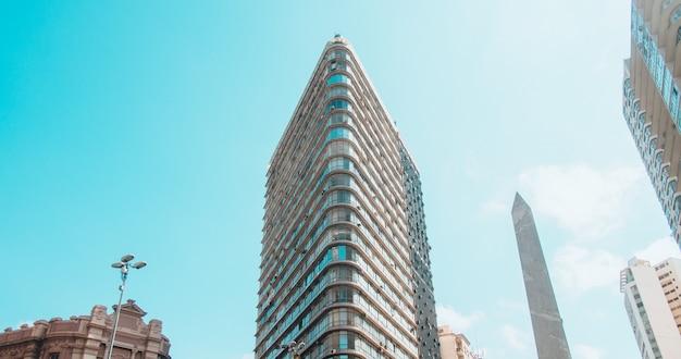 Lage hoekmening van moderne gebouwen onder een blauwe lucht en zonlicht