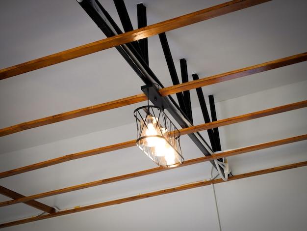 Lage hoekmening van verlichte lichten die aan het plafond hangen