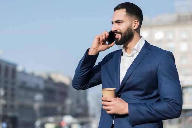 Lage hoekmens die over telefoon spreekt