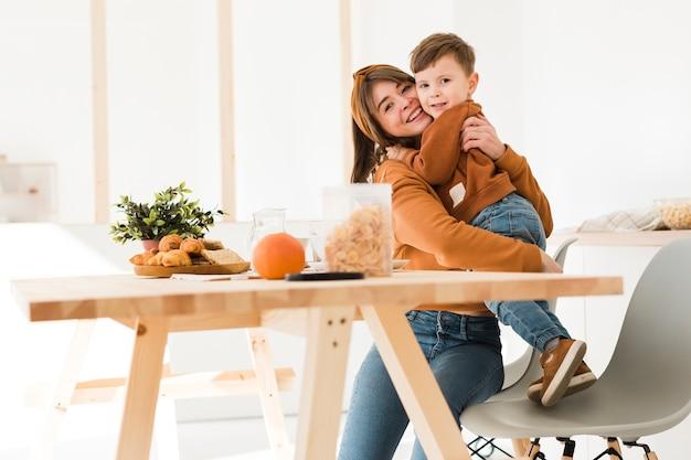 Lage hoekmoeder die haar zoon koestert