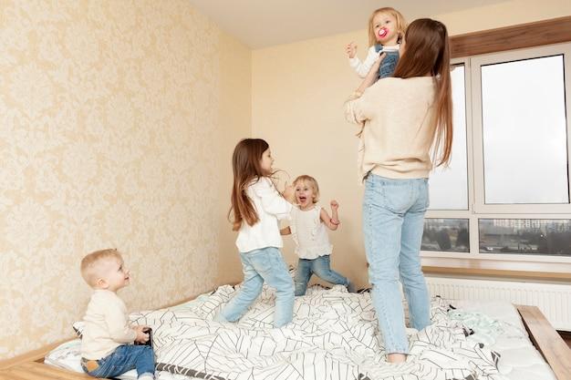 Lage hoekmoeder met kinderen
