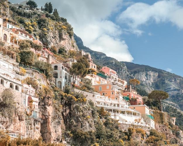 Lage hoekopname van de gebouwen en huizen aan de kust van amalfi, vastgelegd in italië