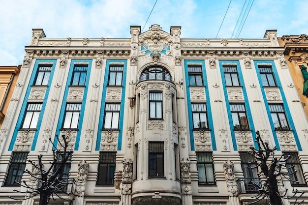 Lage hoekopname van de gevel van het art nouveau-architectuurgebouw in riga, letland