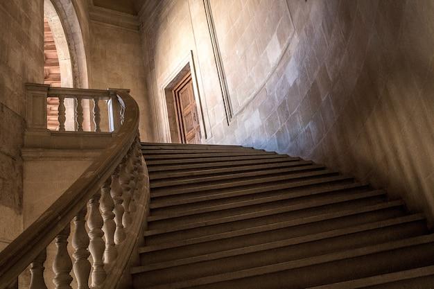 Lage hoekopname van de trap die naar de deur van een gebouw leidt